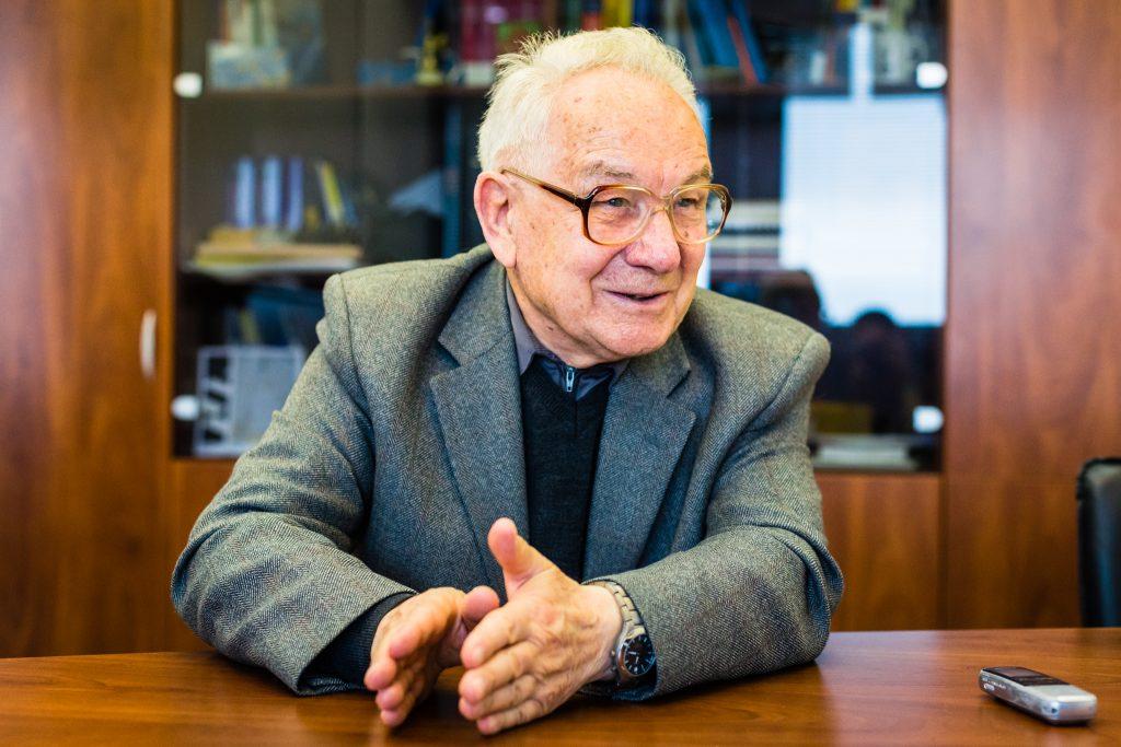 KOLUMBÁN JÓZSEF PROFESSZOR: A MATEMATIKA TÁVCSŐ A JÖVŐBE